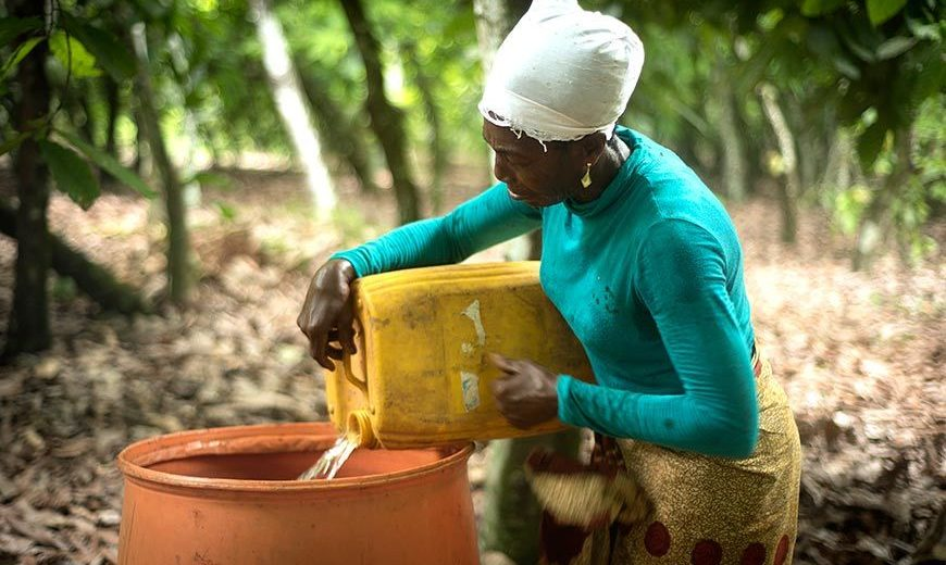 23504 Ghana Woman Pouring Water 870